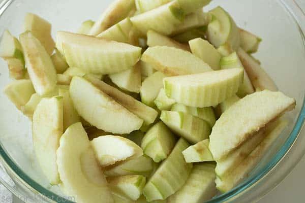 Sliced apple sin a bowl