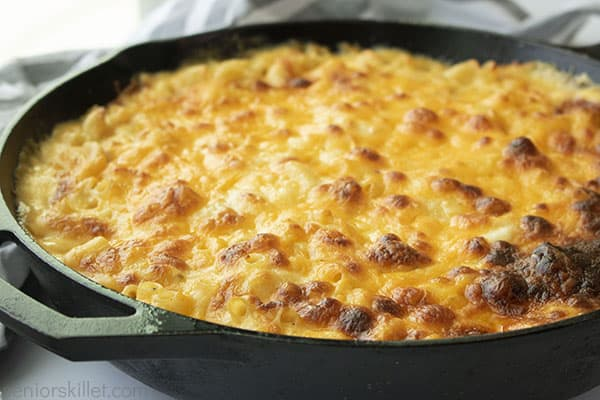 Baked mac and chees ein a skillet